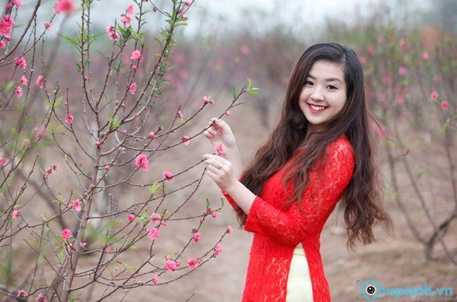 Cách tạo dáng chụp ảnh hoa đào đẹp tuyệt vời đón xuân như ý