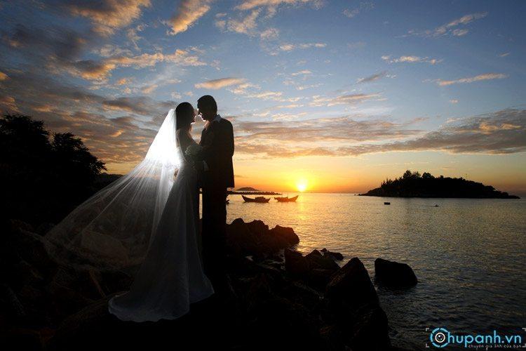 Ảnh cưới chụp lúc hoàng hôn