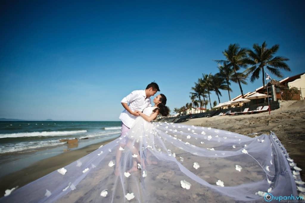 Tạo dáng chụp ảnh cưới ấn tượng