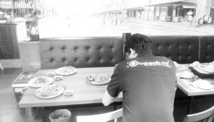 Chụp ảnh món ăn tại nhà hàng Lẩu phố